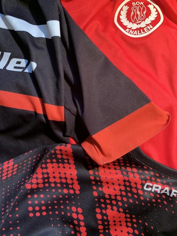 Knallen-tröjor-med-olika-röd-färg